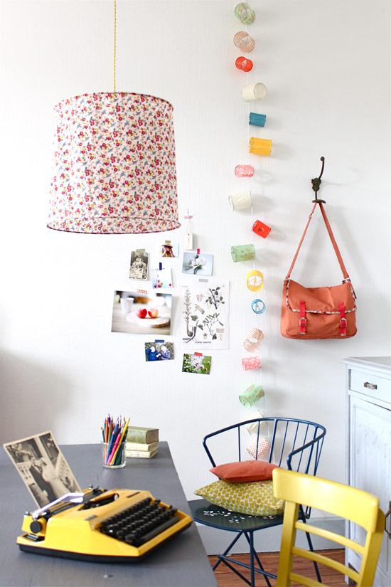 mesa de trabajo vintage nordica en decoracion blanca y colorida